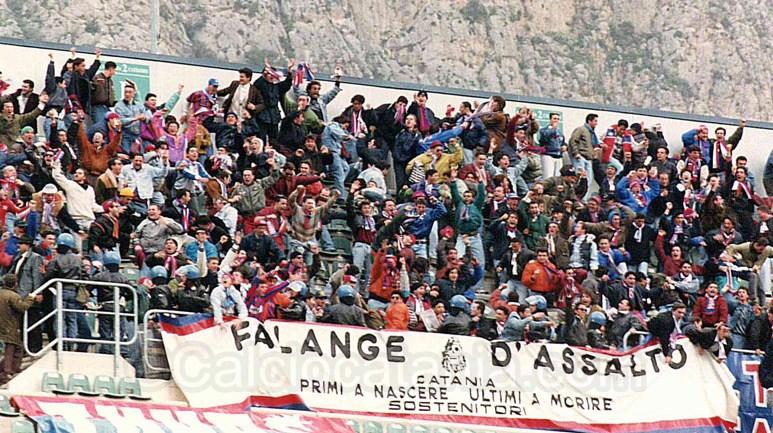 L'esultanza dei tifosi catanesi presenti a